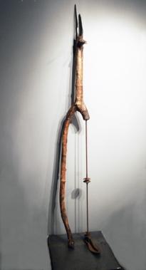 Anubis (2015) bois, pâte de bois, métal, peinture, socle de métal (184 x 46 x 46 cm)