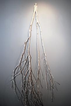 Femme debout (2015) branche de bouleau, argile, peinture, support mural (193 x 80 x 44 cm)