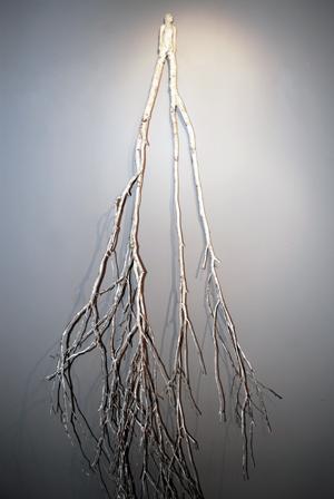 Femme no 2 (2015) branche de bouleau, argile, peinture, support mural (193 x 80 x 44 cm)