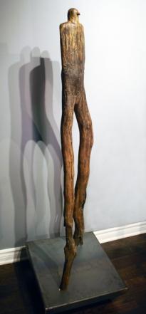 Horus (2015) céramique, bois, pigments (132 x 46 x 46 cm)