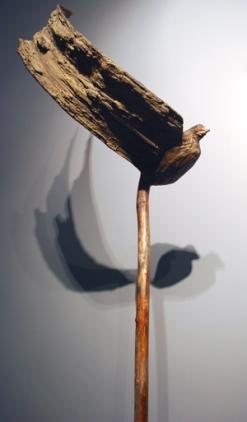 L'orphelin (2015) bois, pâte de bois, peinture, socle de métal (190 x 50 x 34 cm)