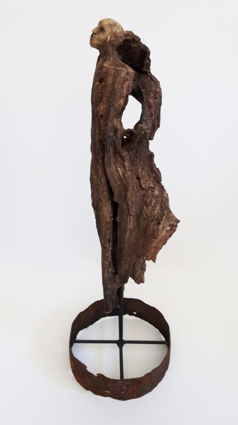 L'Invariable milieu (2016) céramique, bois, métal (60 x 21 x 21 cm)